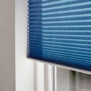 Blå plisse gardin